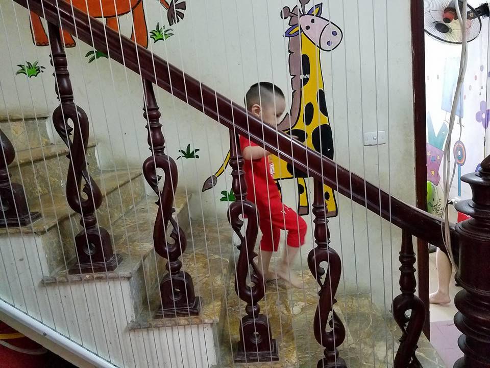 bé an toàn đi đứng khi có lưới cầu thang